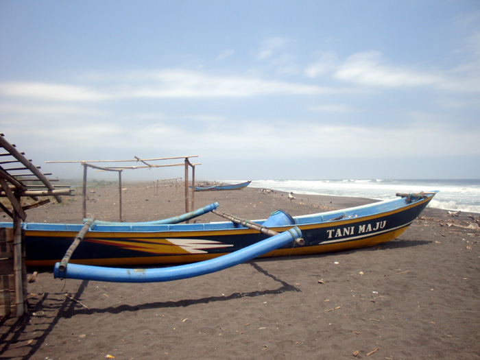 Perahu di pantai Trisik